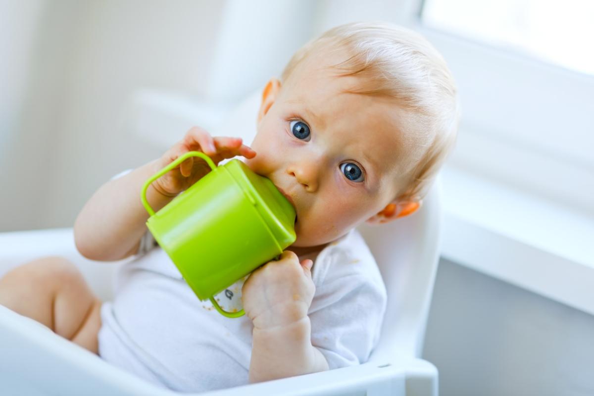 赤ちゃんのコップトレーニング法を伝授。使いやすい優れ物もご紹介!